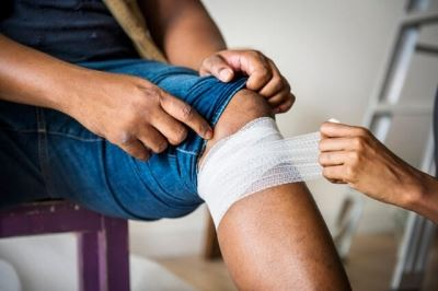 Wrapping knee with bandage